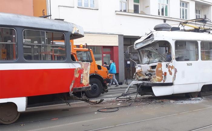 Při srážce tramvají v Brně byl zraněn jeden řidič a několik cestujících