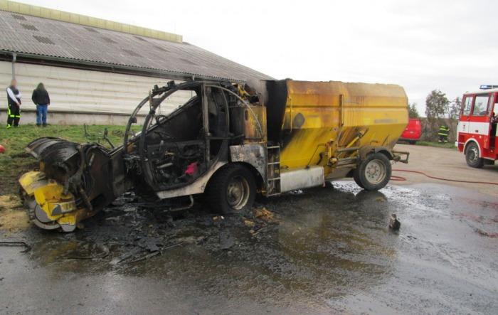 Škodu 1,5 milionu korun způsobil požár krmného stroje na Jičínsku