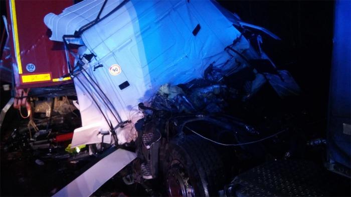 Při nehodě dvou kamionů u Chlumce jeden z řidičů na místě zemřel