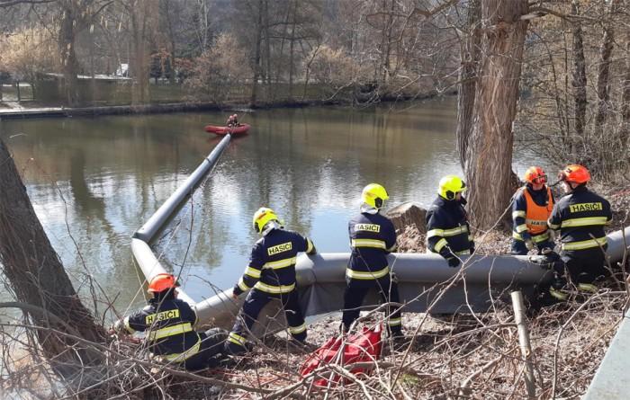 Únik neznámé kapaliny do řeky Svratky řešili hasiči