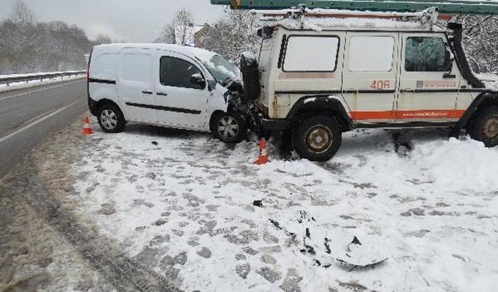 Řidič dodávky nezvládl řízení na mokré vozovce a narazil do stojícího automobilu