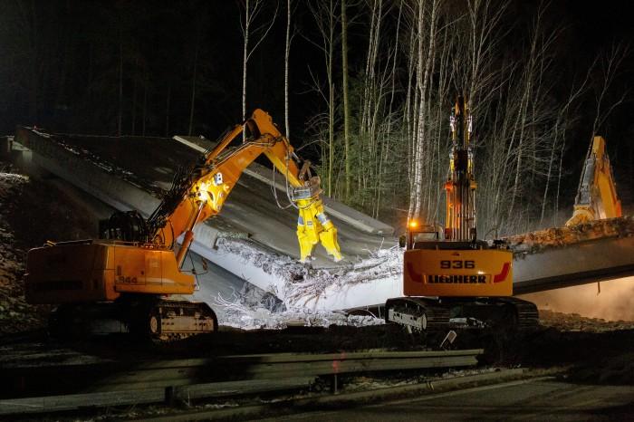Dělníci odstranili přes noc dva mosty u Humpolce, dálnice je opět průjezdná