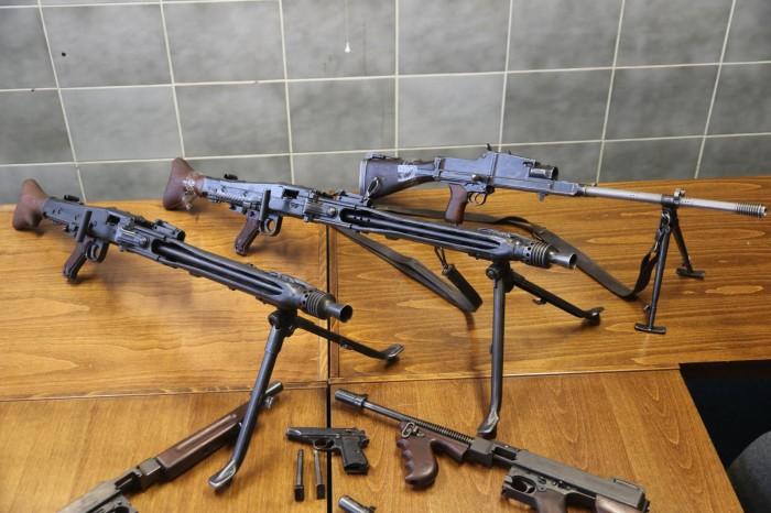 Policie obvinila gang překupníků zbraní, v arsenálu měli také kulomety, samopaly a granáty