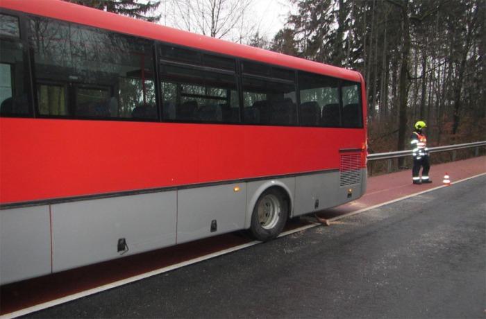 Na Zlínsku spadl strom pod jedoucí autobus