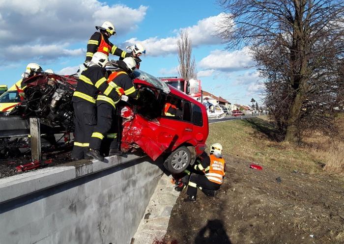 Jednu oběť si vyžádala vážná dopravní nehoda dvou automobilů na Hranicku