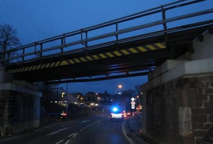 Řidič nákladního automobilu poškodil železniční most v Nové Pace