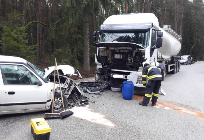 Střet nákladního auta s osobním u obce Deštná si vyžádal jedno zranění