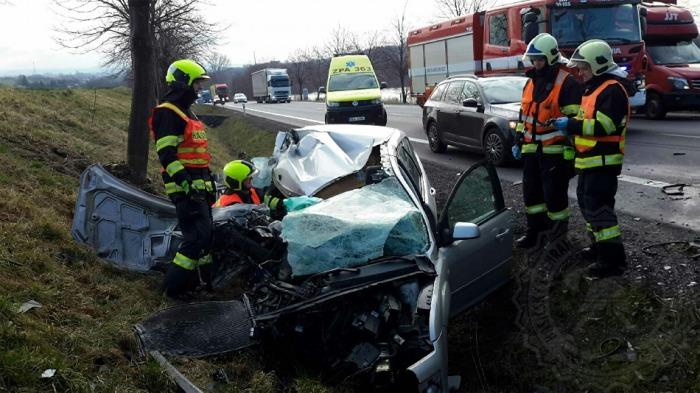 Po nehodě na Svitavsku zůstala zraněná žena zaklíněná v autě. Museli ji vyprostit hasiči