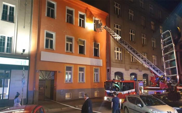 16 osob bylo evakuováno při požáru hostelu v Praze 8, hasiči zachránili dvě osoby