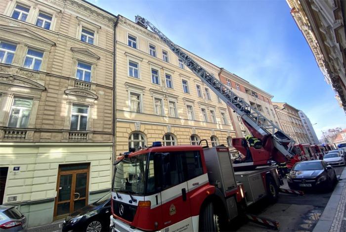 Tři jednotky hasičů likvidovaly požár bytu v Praze 2, nikdo nebyl zraněn