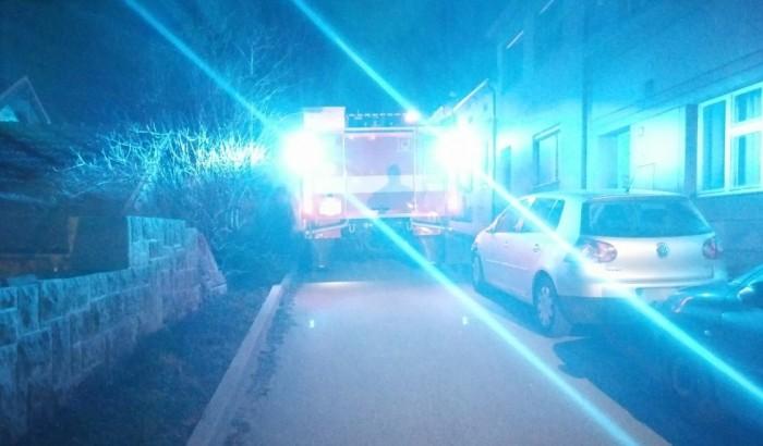 Zdržení hasičů cestou k požáru i odřená vozidla zavinilo špatné parkování řidičů