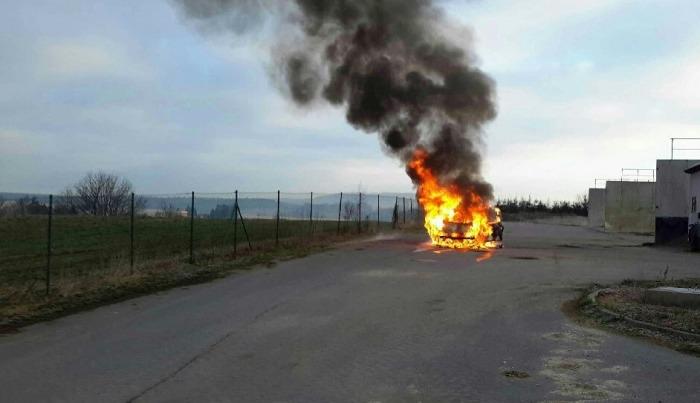 Z hořícího vozu na Svitavsku stačil řidič zachránit sebe, autosedačku i osobní zavazadlo