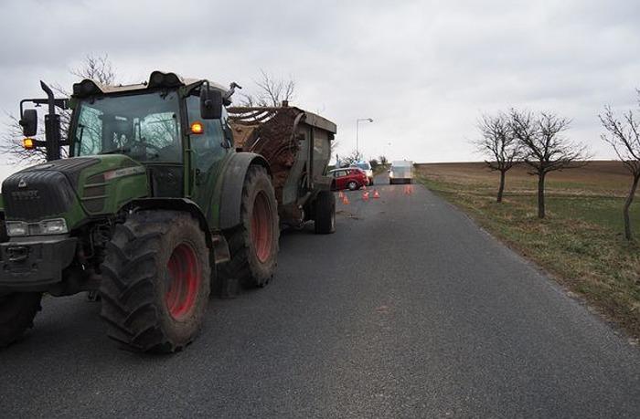 Třiapadesátiletá řidička narazila na Zlínsku do protijedoucího traktoru