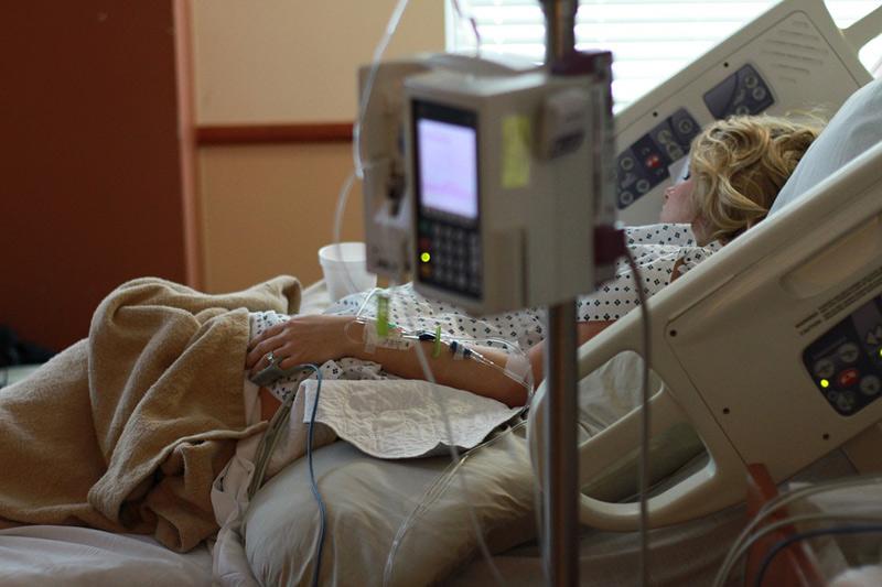 Ministerstvo zdravotnictví vyhlásilo od úterý zákaz návštěv v nemocnicích