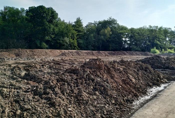 Firma navezla přes deset tisíc tun odpadu na pozemky, které k tomu nebyly určené. Dostala pokutu 150 tisíc korun