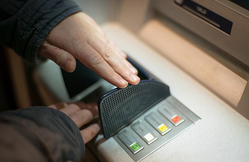 Muž vybral z nalezené platební karty 10 tisíc, kartu i s doklady poté zaslal majiteli poštou