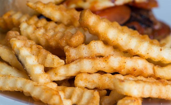 Na přepáleném fritovacím oleji připravuje pokrmy každá šestá restaurace