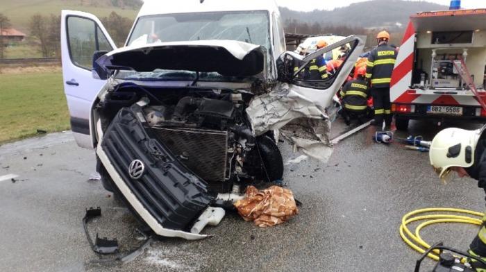 K vážné nehodě dvou dodávek na Svitavsku přiletěl i vrtulník záchranné služby