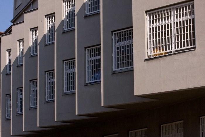 42letý recidivista se za krádež a přepadení dvou žen vrátil za mříže
