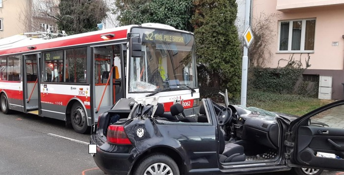 Řidič osobního vozidla v Brně nedal přednost trolejbusu, na místě zemřel