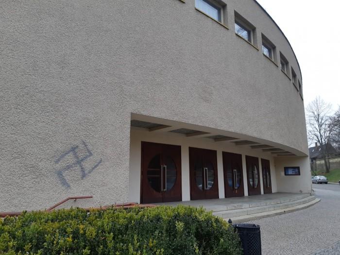 Cizinec stříkal na objekty nacistické symboly, policie ho zadržela přímo na ulici
