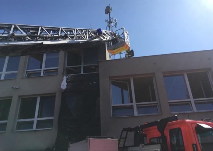 Při požáru části školy na Novojičínsku od hořícího kontejneru vznikla škoda 300 tisíc korun