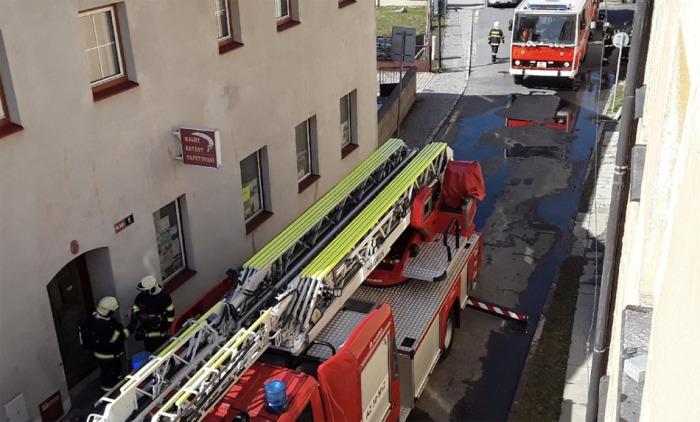 V Jeseníku si požár bytu vyžádal evakuaci osob a zvířat