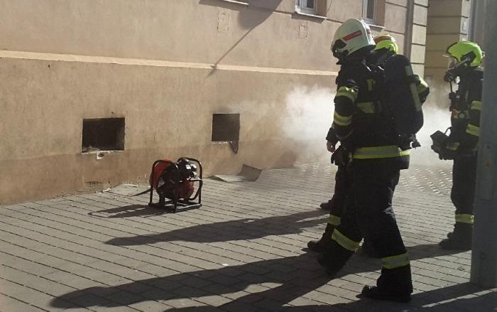 Několik osob muselo být evakuováno při požáru sklepa bytového domu v Brně