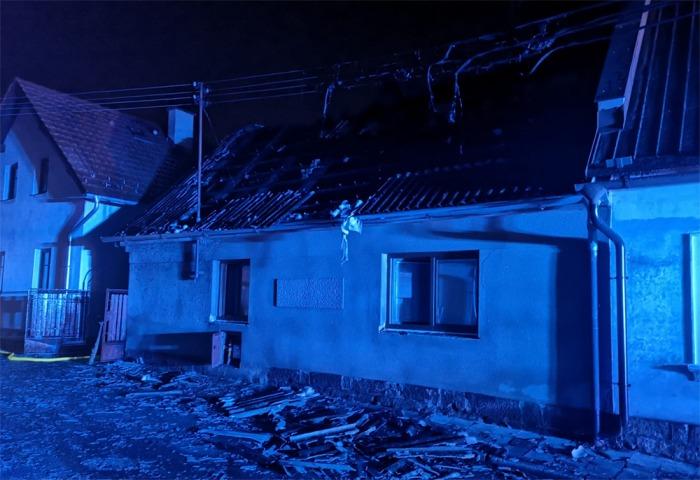 Požár střechy rodinného domu v Železnici