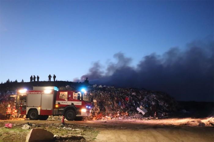 Požár odpadu na skládce u Smrkovic