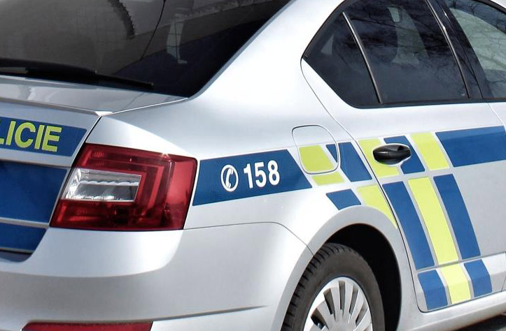 Policisté zadrželi dvě podezřelé osoby, které položily betonové sloupky na kolejiště u Tochovic