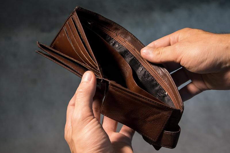 Žena z Mostu připravila partnera o kartu a pak o peníze