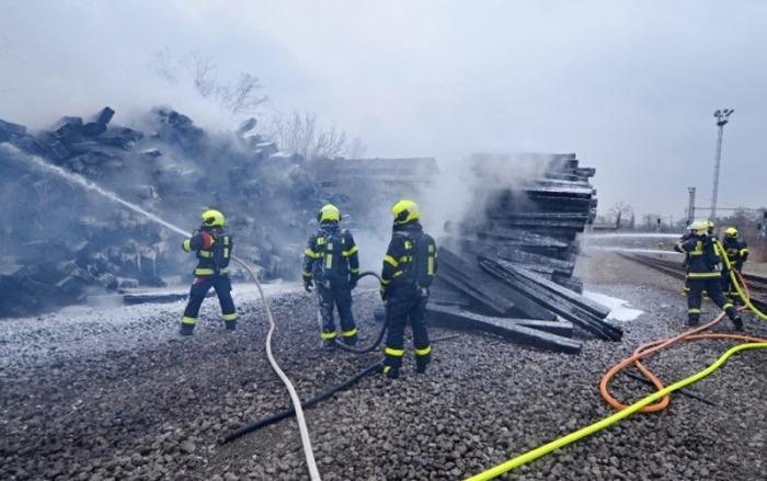 Na nákladovém nádraží v Ostravě hořely dřevěné pražce