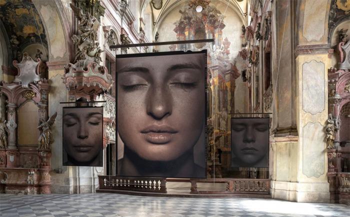 Výstava fotografa Pavla Máry v barokním kostele v Litoměřicích ukazuje jedinečnost lidských tváří a těl