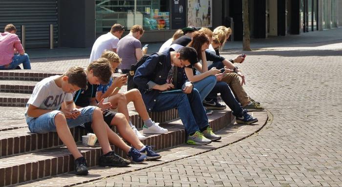 Hrozby na internetu a neshody v rodině. Zavřené školy nejsou pro děti a mladistvé výhrou