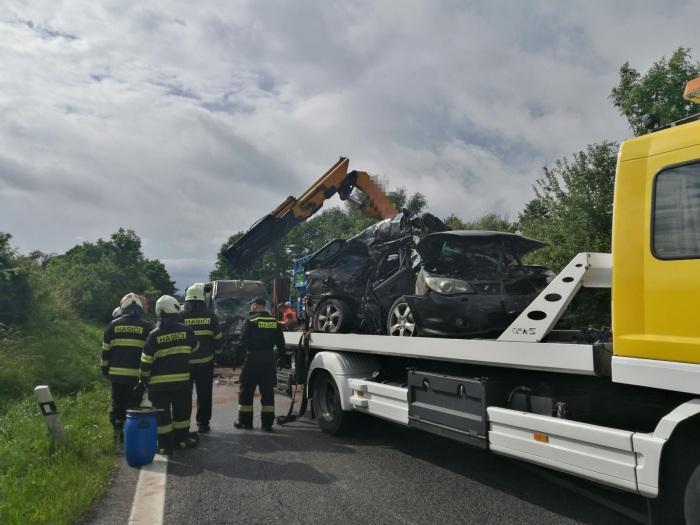 Při srážce osobního auta s dodávkou na Jičínsku zemřeli muž a žena z osobního vozu
