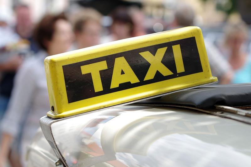 Pronásledování taxikáře netrvalo dlouho, v první zatáčce naboural do zdi