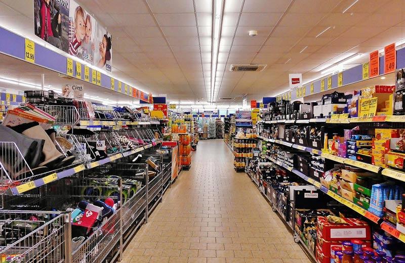 Zaměstnanci jihlavského supermarketu si odnášeli peníze i zboží, hrozí jim až pětileté vězení