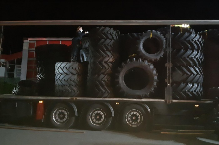 V cele skončil řidič kamionu, který kromě pneumatik převážel i migranty