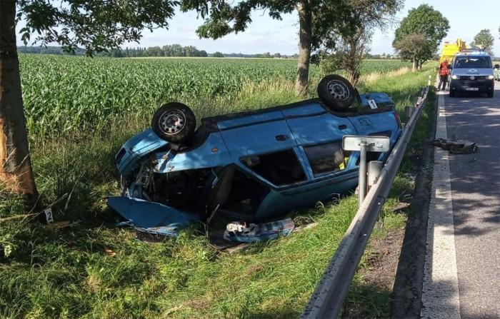 U Dolan vyjel automobil ze silnice a skončil v příkopu. Tři lidé se zranili