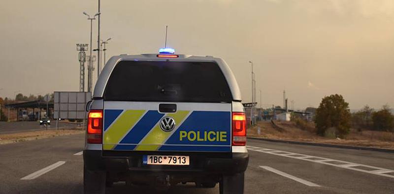 Falešný taxikář, který ujížděl před policejní kontrolou, nezvládl řízení a naboural do zdi