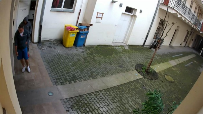 Dvojice mužů se v Praze vloupala do bytu, kde v tu dobu byli nájemníci