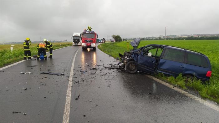 Při střetu tří osobních vozidel na Chrudimsku se zranilo šest lidí