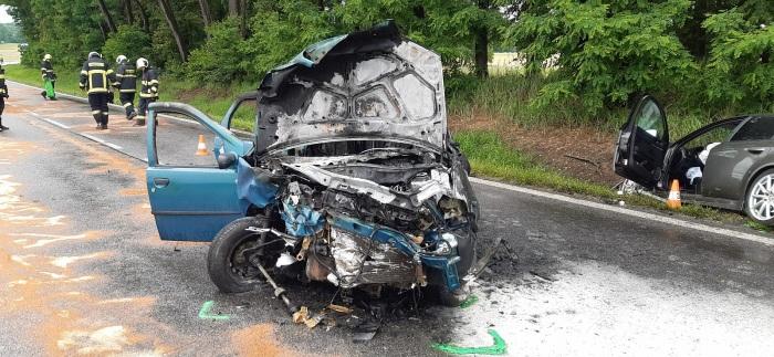 U Třeboně se srazila dvě osobní auta, jeden automobil shořel
