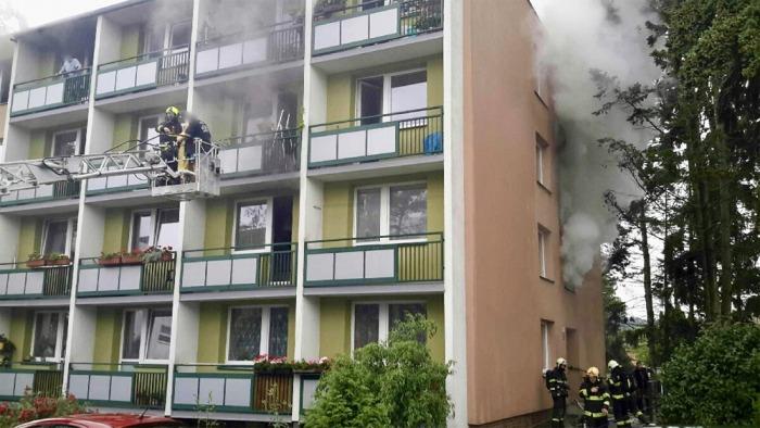 Z hořícího domu v Brně-Žabovřeskách zachránili hasiči 18 osob, kočku oživovali kyslíkovou terapii