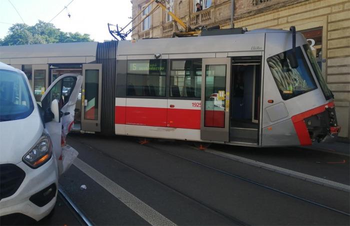 Tramvaj při střetu s dodávkou vykolejila, dva lidé se zranili