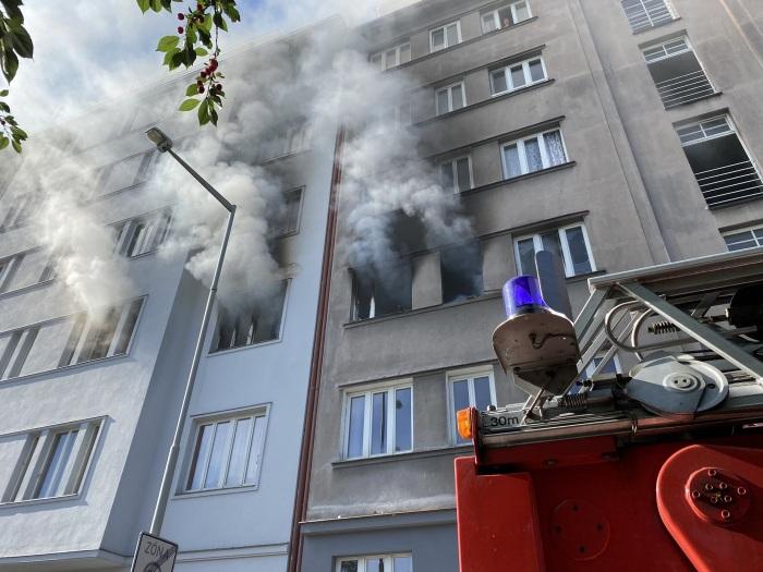 Výbuch a následný požár zničil dva byty v Praze, jeden člověk zemřel