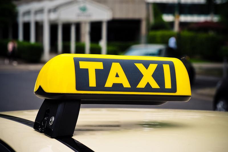 Taxikáři při elektronických objednávkách už nemusí používat taxametry či střešní svítilny