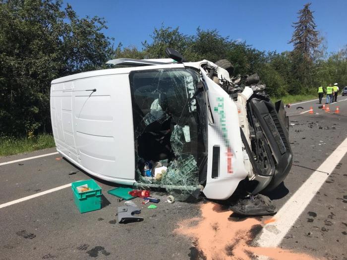 Na Hradecku se čelně střetla dodávka s osobním vozidlem. Muž zemřel, žena byla letecky transportována do nemocnice