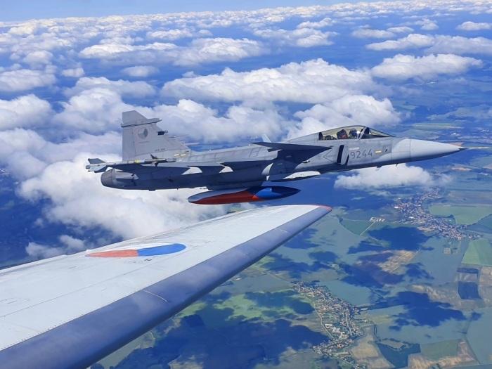 Gripeny vyrazily k mlčícímu letounu JAK-40